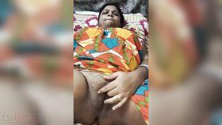 Tamil Boudi fingering her unshaved cum-hole on webcam