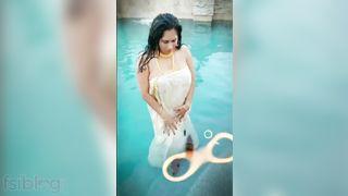 Super busty Mallu aunty pantoons show in pool