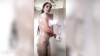 Sexy Paki Hotty bare bath episode MMS