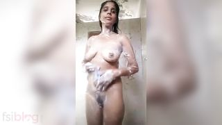 Sexy Paki Hotty bare bath episode MMS