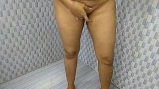 Indian sex video! Hot fat Desi aunty bathroom pissing and pussy show
