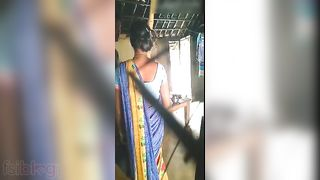 Desi village sex! Indian sexy aunty in red saree quick fuck and blow
