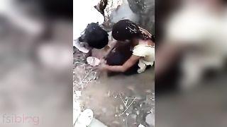 Shocking XXX Indian video! Desi village lovers outdoor caught