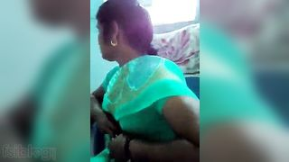 Desi office sex movie of aunty offereing her large milk shakes for playing